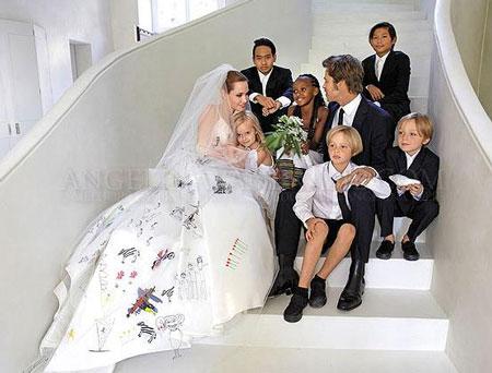 Cận cảnh váy cưới độc đáo và nhiều ý nghĩa của Angelina Jolie