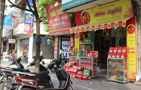 Nhiều quầy bán bánh Trung thu luôn trong tình trạng vắng khách, ế ẩm...