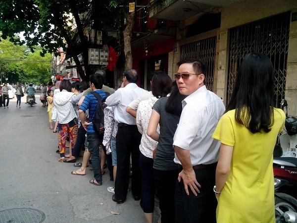 Xếp hàng từ 5 giờ sáng đợi mua vài chiếc bánh Trung thu