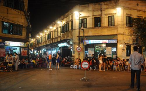 """Cận cảnh """"thiên đường"""" bia vỉa hè ăn khách nhất Hà Nội"""