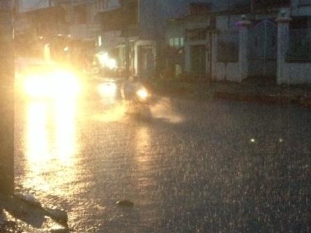 Cơn mưa như trút nước đổ xuống TPHCM khiến nhiều tuyến đường hóa sông