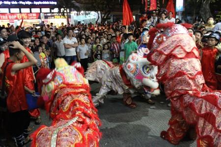 Hàng ngàn người đổ ra đường xem múa lân khiến đường phố ách tắc