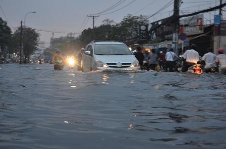 Mưa lớn kéo dài suốt 3 tiếng, đường phố Sài Gòn ngập lênh láng