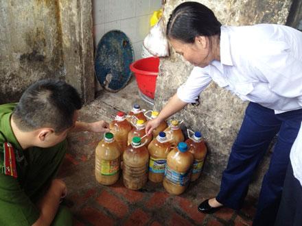 Hà Nội: Kinh hoàng xưởng sản xuất hơn 1.000 lít mỡ lợn không rõ nguồn gốc