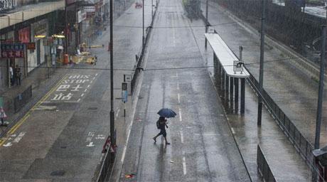 Đường phố Hồng K ông vắng vẻ do bão Kalmaegi.