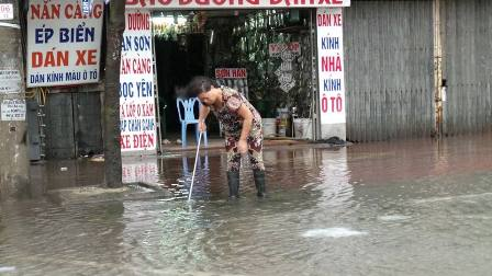 Bão rút, người dân lại khốn khổ đối phó với ngập lụt.