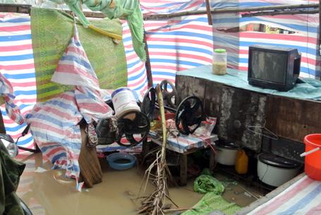 Gió thổi bay lán, công nhân tháo chạy để lại đồ đạc ngâm trong nước mưa