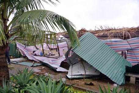 Hàng rào của một công trường bị quật đổ
