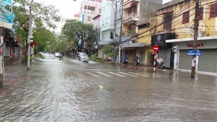 Nhiều tuyến đường trung tâm thành phố Hải Phòng đang xảy ra ngập nặng