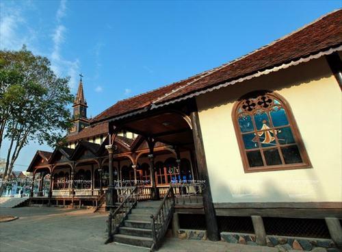 Nhà thờ gỗ Kon Tum trên nền trời Tây Nguyên