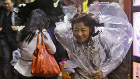 Gió mạnh trên đường phố Hồng Kông ngày 16/9.