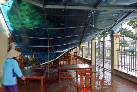Mái một nhà hàng ven biển ở thành phố Hạ Long bị gió quật đổ