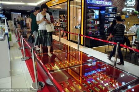 """Đại gia Trung Quốc chơi trội dùng hơn 600 thỏi vàng """"lát đường"""""""