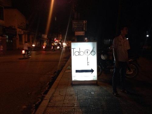 Hằng đêm, vườn hoa Lý Tự Trọng bị băm nát bởi hàng trăm lượt xe đi vào bar taboo