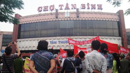 Bà con tiểu thương tập trung trước chợ Tân Bình để phản đối dự án xây mới chợ Tân Bình