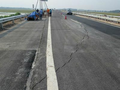 Bộ trưởng Thăng báo cáo Thủ tướng về vết nứt mặt đường Nội Bài - Lào Cai