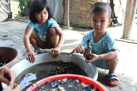 Công việc nhẹ nhàng nên trẻ em cũng có thể phụ giúp
