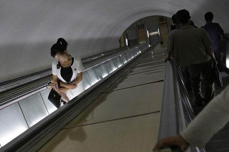 Một phụ nữ ăn vận sành điệu tại tàu điện ngầm ở Bình Nhưỡng vào ngày 1/9 vừa qua.
