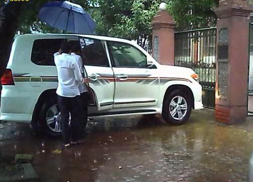 Hình ảnh ông Tuấn bước lên chiếc xe sang mang biển giả được PV