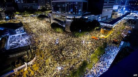 """Hàng ngàn người """"bao vây"""" trụ sở chính quyền Hồng Kông"""