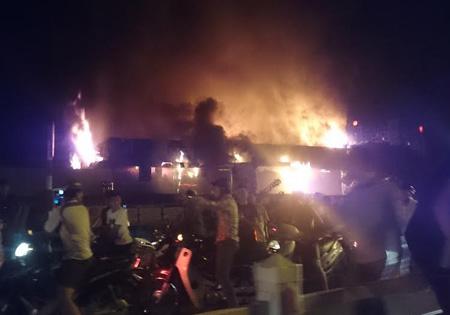 Ngọn lửa bốc cháy mạnh hàng tiếng đồng hồ, quán bar chìm trong biển lửa