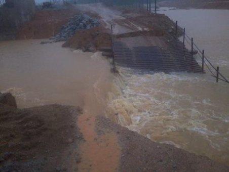 Cầu tạm bị sập khiến tỉnh lộ 5 bị chia cắt hoàn toàn
