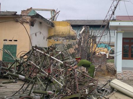 Hiện trường vụ cột ăng ten đài truyền hình huyện Bảo Yên đổ gục (ảnh: báo Lào Cai).