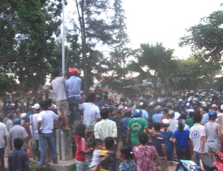 Người dân hiếu kỳ tụ tập xung quanh UBND xã Hồng Thái (ảnh: Trúc Hà)