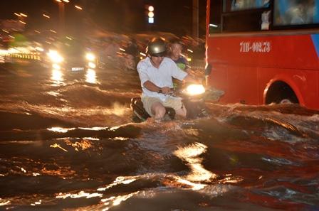Nhiều nơi nước ngập đến yên xe