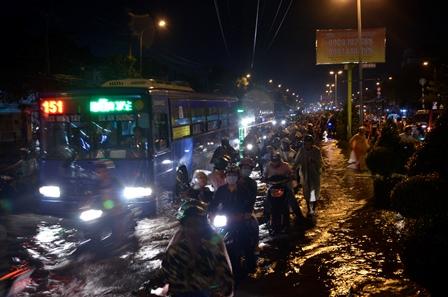 Nhiều tuyến đường ngập nặng sau trận mưa lớn