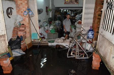 Nước ngập lênh láng tràn vào trong nhà
