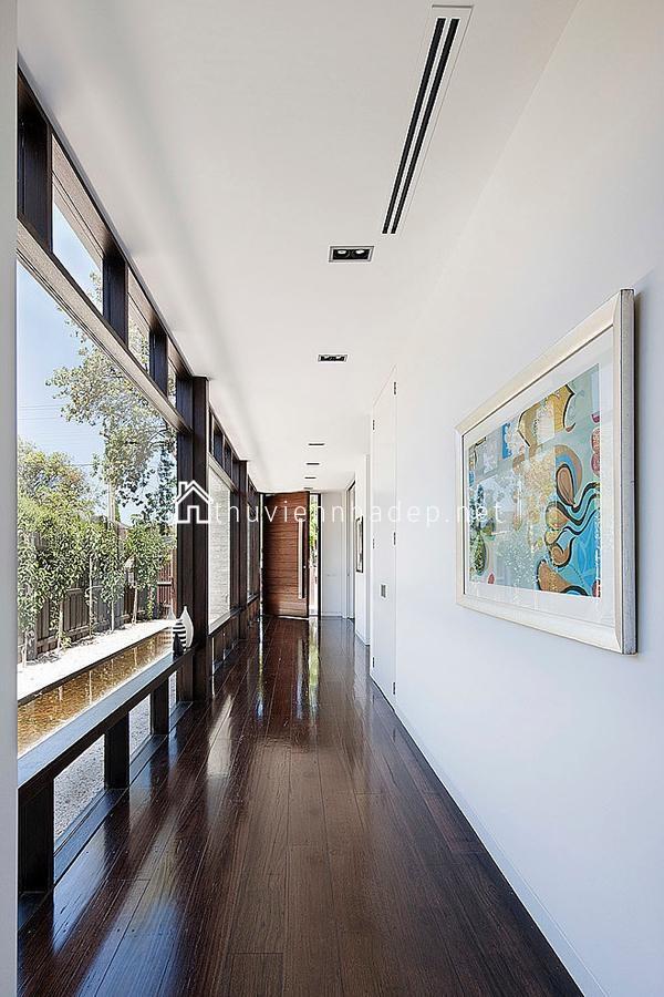 Đi dọc hành lang, bạn sẽ vừa được chiêm ngưỡng những tác phẩm hội họa độc đáo vừa có thể nhìn ngắm khu vườn tuyệt đẹp.