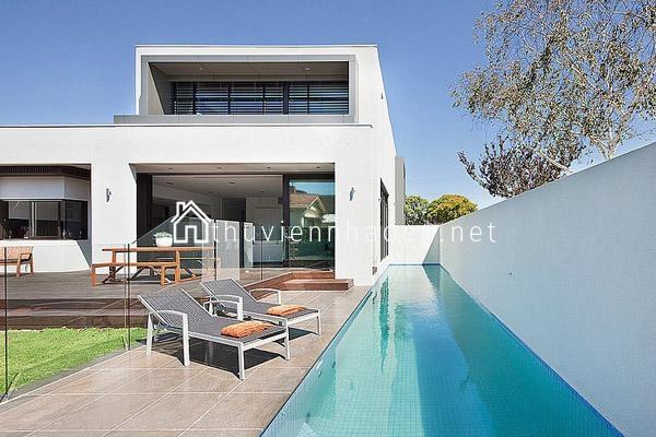 Ngôi nhà này còn có một bể bơi nhỏ giúp chủ nhà thư giãn.