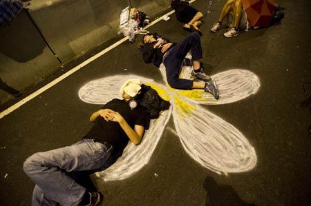 Người biểu tình ngủ qua đêm trên đường phố.