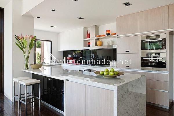 Phòng bếp được trang bị hiện đại, ngăn nắp.