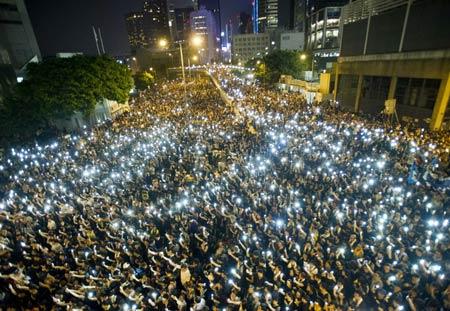 Càng về đêm, số người tham gia biểu tình càng tăng.