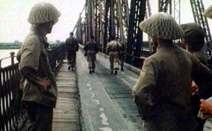 Những tấm ảnh đen trắng chụp cầu Long Biên đẹp như tranh thủy mặc