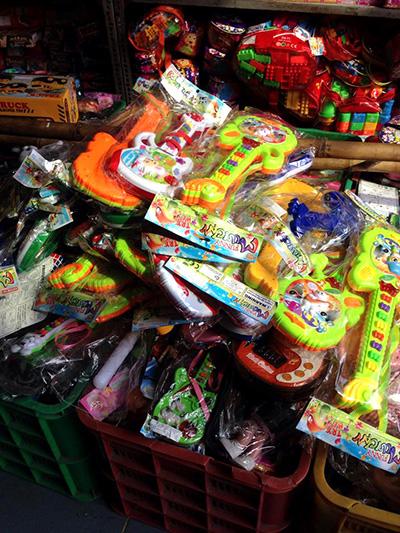 Những loại đồ chơi càng mang nhiều màu sắc, càng tiềm ẩn nhiều nguy cơ gây độc hại cho trẻ