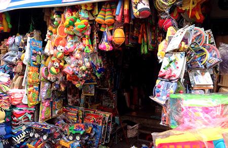 Những món đồ chơi trẻ em có nguồn gốc từ Trung Quốc đang chiếm lĩnh thị trường đồ chơi tại các chợ