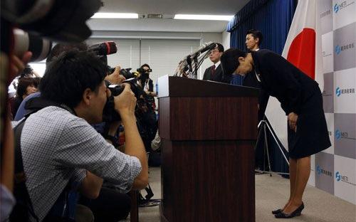 Thủ tướng Nhật bối rối vì hai nữ bộ trưởng cùng từ chức