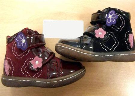 Các mẫu giày dép trẻ em Trung Quốc có nguy cơ gây ngạt thở cao. Ảnh minh họa