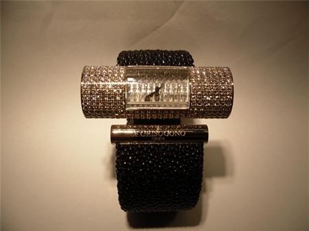 Chiếc đồng hồ gắn kim cương được trưng bày tại Lynk High Jewelry Diamond Boutique