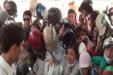 Rồi việc đổi mũ bảo hiểm cũng diễn ra tình trạng tương tự. Tháng 4/2012, tại TP. Đà Nẵng, hàng ngàn người đã đổ về trước cổng trung tâm kiểm định trên địa bàn để được nhận chương trình đổi mũ miễn phí.