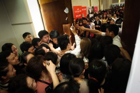 Từ 8h sáng ngày 1/11, tầng trệt khách sạn Pullman Hà Nội nơi diễn ra sự kiện giảm giá hàng hiệu VStyle đã đông nghịt người, đa phần là thanh niên, nhưng người trung niên và phụ nữ có thai cũng chen nhau đi săn hàng giảm giá.