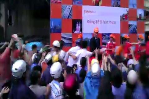 Hết trường hợp chen lấn nhau ăn đồ miễn phí thì người Việt chen nhau giật áo mưa miễn phí do Hà Lan phát tặng. 3000 chiếc áo mưa được Đại sứ quán Hà Lan phát tặng miễn phí cho người dân Việt Nam vào chiều ngày 12/9, tại trước cổng trụ sở UBND quận Ba Đình - Hà Nội trong cảnh hỗn loạn, chen lấn, xô đẩy của hàng trăm người dân.