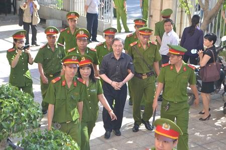 Dương Chí Dũng xuất hiện trong phiên xử thuộc cấp tại Khánh Hòa