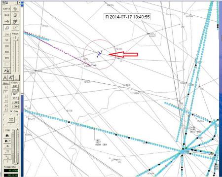 Bản đồ radar với chấm xanh là máy bay lạ, đường màu tím là lộ trình của MH17