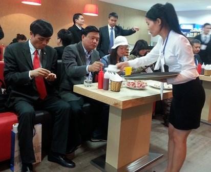 Bộ trưởng Đinh La Thăng trong một lần kiểm tra giá dịch vụ tại sân bay Nội Bài - Hà Nội