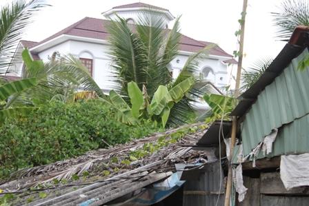 Xung quanh ngôi biệt thự siêu khủng là những căn nhà rách nát