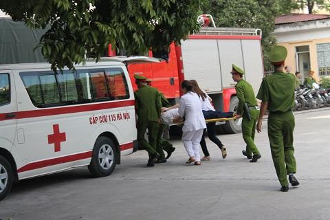 Sau khi đưa bệnh nhân vào thùng, xe cấp cứu nhanh chóng chở đến bệnh viện